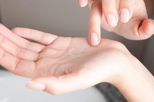 Mostrando una lentilla en la palma de la mano.
