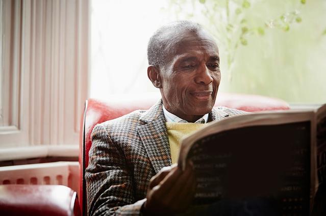 Imagen de un hombre mayor con lentillas leyendo el periódico
