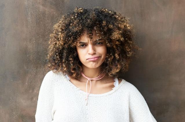 Imagen de una chica expresiva con lentillas