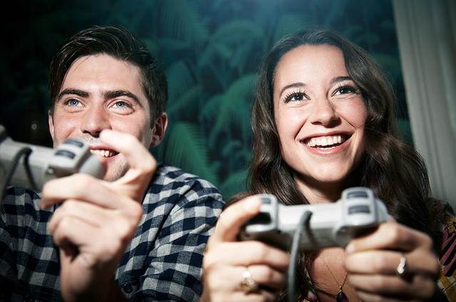 Dos adultos con lentillas jugando a videojuegos