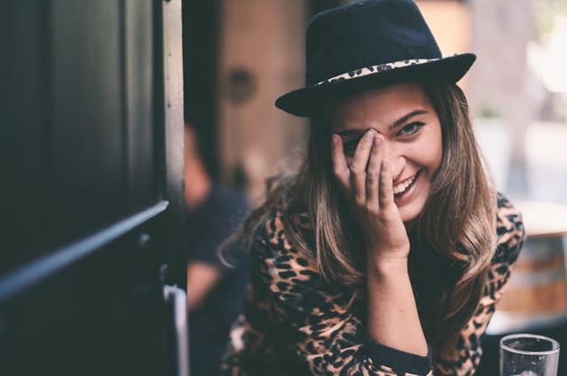 Imagen de una mujer con lentillas tocándose el ojo