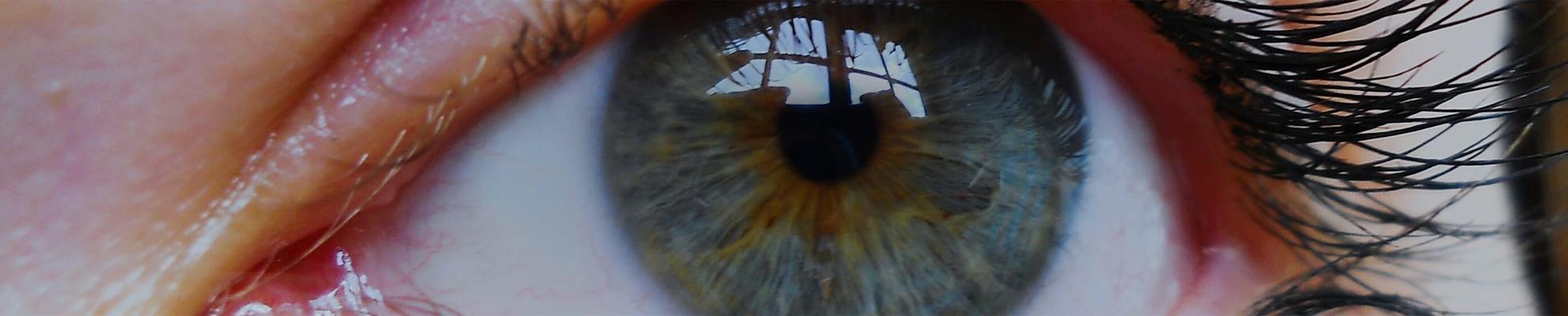 Primer plano de ojo con lentillas.
