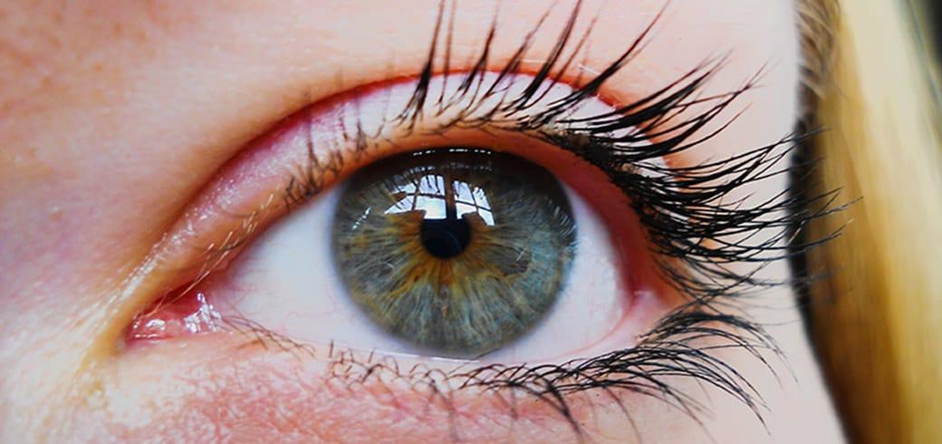 Primer Plano de Ojo de Mujer con lentillas