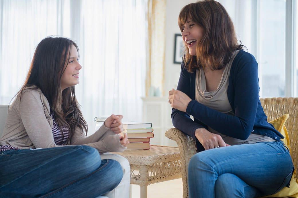 Chica adolescente con lentillas charlando con su madre sobre la compra de lentes de contacto.