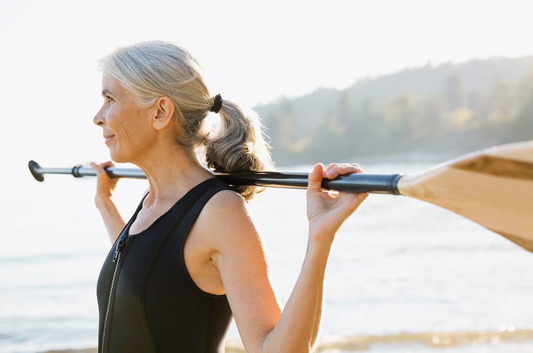 Imagen de mujer mayor con lentillas haciendo deporte al aire libre