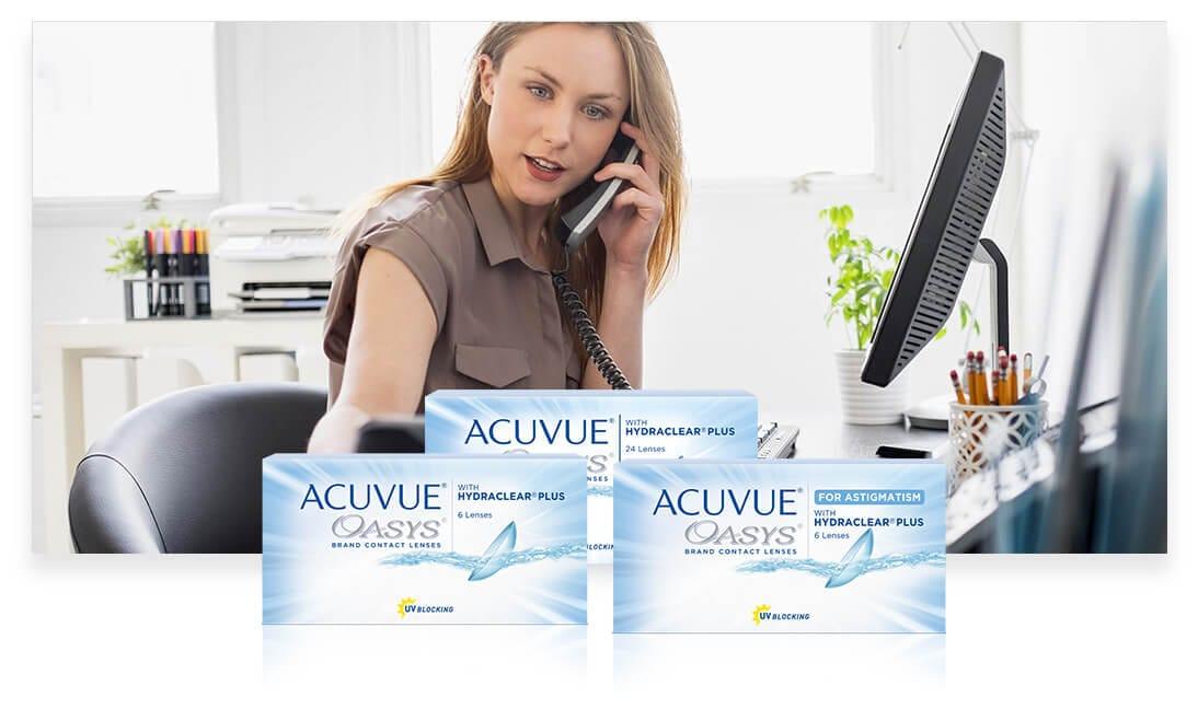 Mujer con lentillas en su oficina hablando por teléfono.
